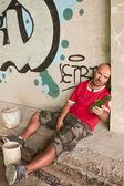 Homem bêbado na cena urbana. — Fotografia Stock