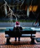 En lins suddig bild av en person på en bänk — Stockfoto