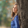 Girl stands of a large oak tree — Stock Photo