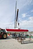 Zvedání plachetnice ve vodě — Stock fotografie