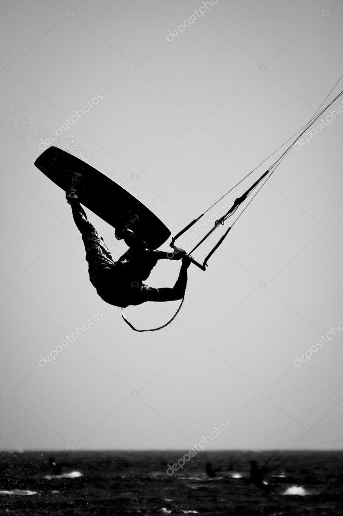A Silhouette of a kite surfer in a Black & White finish. — Lizenzfreies Foto #7144382