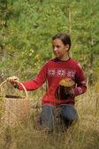 La chica con una cesta de madera — Foto de Stock