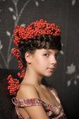 十几岁的女孩与串在她的头发灰 — 图库照片