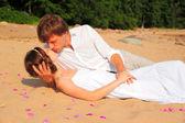 情侣在海滩上接吻 — 图库照片