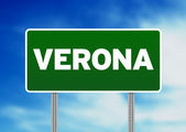Зеленый дорожный знак - Верона, Италия — Стоковое фото