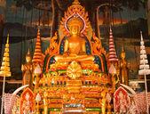 Zlatá socha buddhy uvnitř chrámu v ubonratchathani, thailan — Stock fotografie