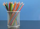 Kleur potloden in de mand — Stockfoto