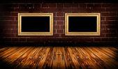 Sala de Grunge con marcos de oro — Foto de Stock
