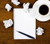 Kopje koffie, papier en pen — Stockfoto