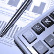 Calculator, steel pen and financial analysis report. — Stockfoto