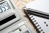 Rechner mit zahlen auf display, stift und notizbuch handauflegen n — Stockfoto