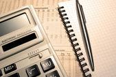 Calculadora, pluma, cuaderno y periódico. concepto financiero. — Foto de Stock