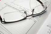 Brille handauflegen buch mit finanzdiagramme. — Stockfoto