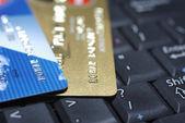 кредитные карты, лежа на клавиатуре портативного компьютера. — Стоковое фото