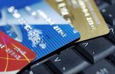 Creditcards opleggen laptop toetsenbord close-up fotografie. — Stockfoto