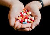 Dos manos con medicamentos y pastillas — Foto de Stock