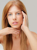 Studio schoonheid portret jonge vrouw blauwe ogen — Stockfoto