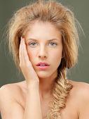 Studio porträtt vackra blonda kvinnan blå ögon — Stockfoto