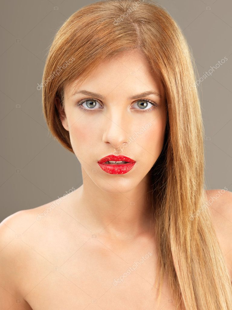 Beauty portrait blonde woman with red lipstick — Stock Photo #6836984
