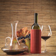 Red wine bottle, glass, grapes, decanter rustic - Foto Stock