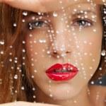 retrato da beleza da mulher por trás da janela molhada — Foto Stock