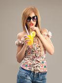 Portrét módní sluneční brýle krásná žena pít koktejl — Stock fotografie