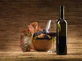 Rode fles wijn glas, druiven, rieten achtergrond — Stockfoto