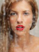 湿窗口后面的女人美容肖像 — 图库照片