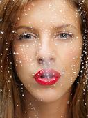 ıslak pencerenin arkasında kadın güzellik portresi — Stok fotoğraf