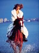 красивая невеста, верхом на лошади на вечер залива — Стоковое фото