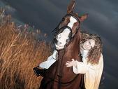 Porträtt av vackra brud placering på röd häst på nigth — Stockfoto