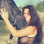 siyah atı ile seksi kadın portresi — Stok fotoğraf