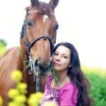onun sahibi ile güzel kestane at portresi — Stok fotoğraf #7495214