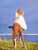 Braut auf rote pferd im golf fahren, am abend — Stockfoto