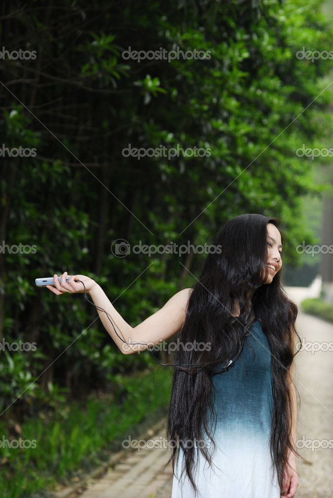 Young beautiful asian girl with cell phone  — Stock Photo #7235350