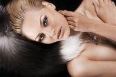 Rubia modelo en piel — Foto de Stock