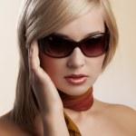 サングラスとブロンドの女性の肖像画 — ストック写真