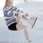 Beautiful woman putting skates on — Stock Photo