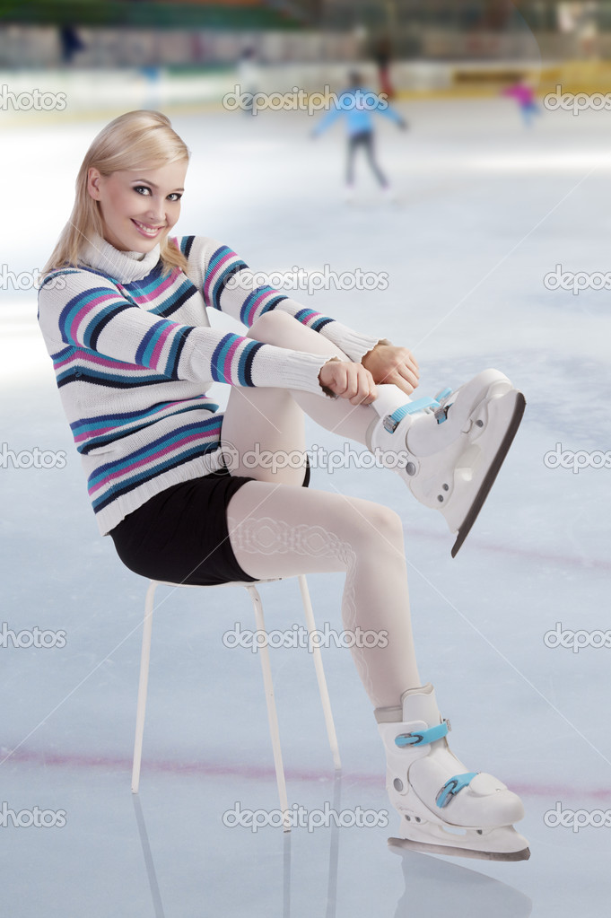 Cute and blond girl with shorts and a nice sweater getting ready for ice skating  — Stock Photo #7248373