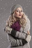 Mode blonde winter mädchen — Stockfoto