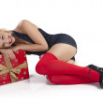 Sensul girl laying with gift box — Stock Photo