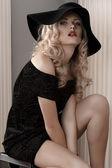 Mode portrait d'une jeune femme vêtue de noir — Photo