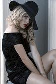 エレガントな服を着て女の子帽子でポーズ — ストック写真