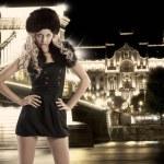 Blondes Mädchen mit Hand an Hüften und Pelzmütze — Stockfoto