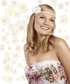 Old fashion shot of blond girl with daisy smiling — Stock Photo