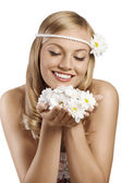 Old fashion shot of blond girl with daisy with flowers — Stock Photo