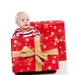 クリスマスのギフト ボックスと男の赤ちゃん、赤ちゃんは座っています。 — ストック写真