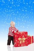 Noël bébé garçon avec boîte-cadeau, il a ses mains sur le gros gi — Photo