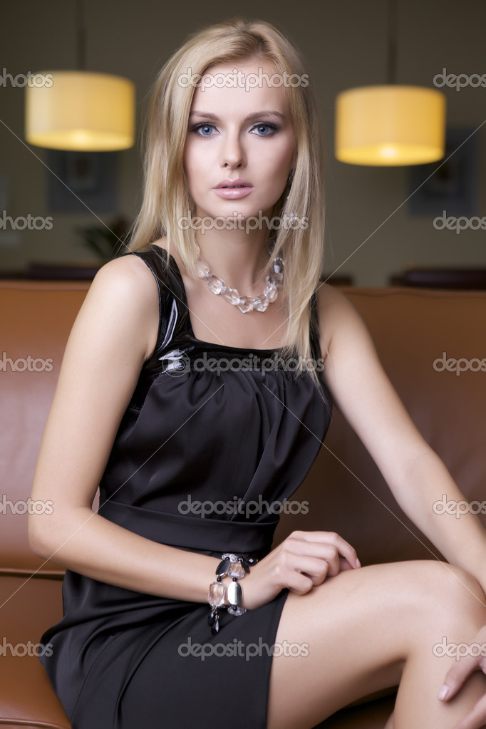 блондинка в черном коротком платье фото