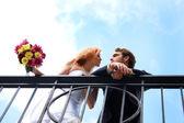 Bruden och brudgummen i en dröm som hållning — Stockfoto